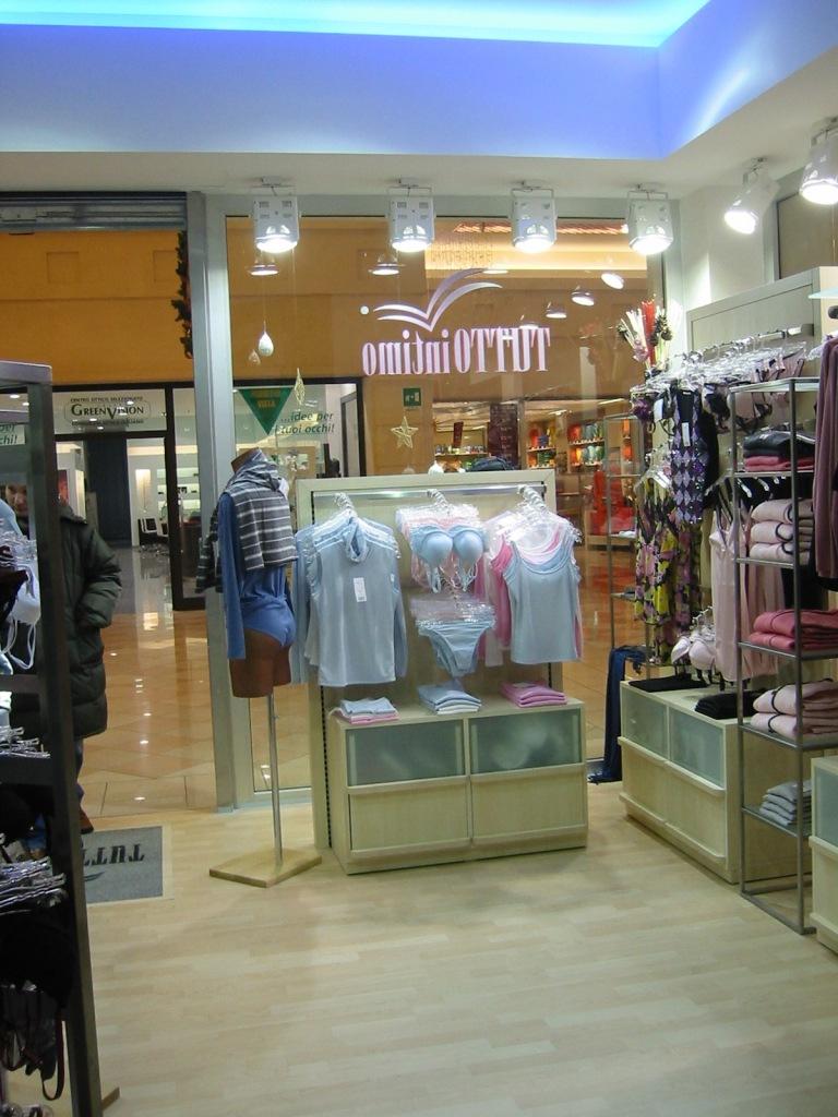 allestimento negozi abbigliamento agor allestimenti arredamento negozi di abbigliamento. Black Bedroom Furniture Sets. Home Design Ideas