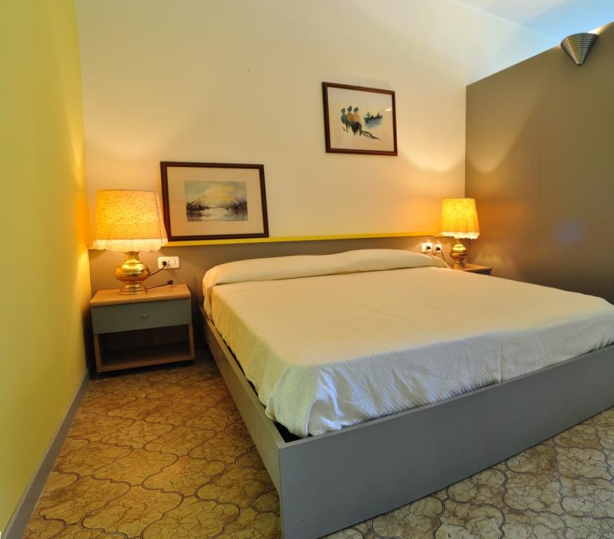 Camera da letto matrimoniale in laminato grigio campione con testata ...